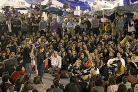 Imagen de la puerta del Sol durante la Asamblea del día18/ Alberto Martín