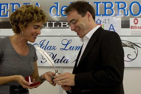 Ibone Bengoetxea entrega la Pluma de Plata al escritor alemán David Safier.   Iñaki Andrés