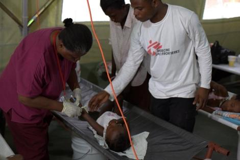 Voluntarios de MSF tratan a un niño afectado por el cólera.| Yann Libessart