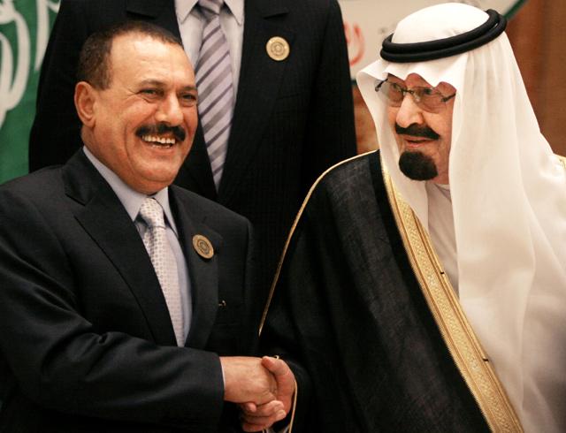 El rey de Arabia Saudí, Abdulá bin Abdulaziz (d), en un encuentro en 2007 con Alí Abdalá Saleh. | Ap