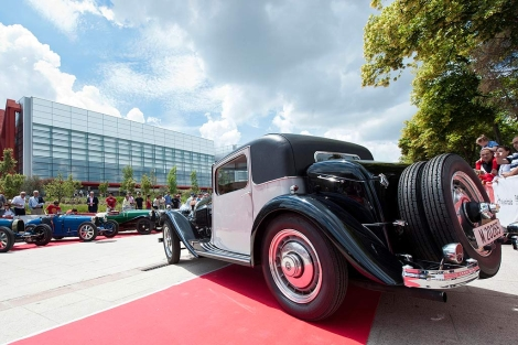 Casi un centenar de Bugatti aparcado frente al Museo de la Evolución Humana.   Ical