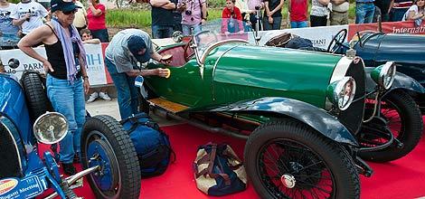 El propietario de uno de estos coches mima con su 'joya'. | Ical