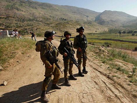Dos militares israelíes en la frontera con Siria. | Reuters