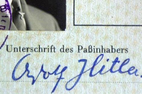 Un detalle de la firma de Hitler.