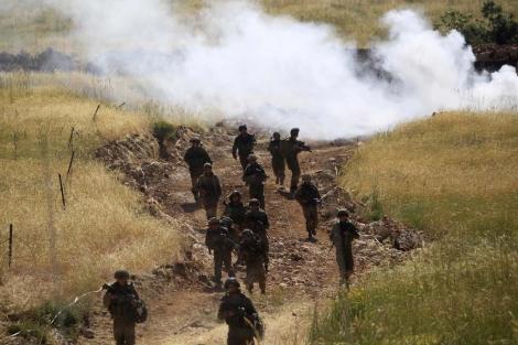 Soldados israelíes patrullan cerca de la frontera con Siria.   Reuters