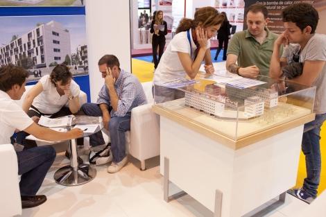 Varios visitantes piden información en un 'stand'. | Bernardo Díaz
