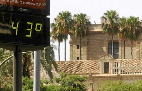Un termómetro marca 43 grados en La Macarena. | ELMUNDO.