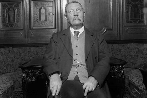 El escritor Conan Doyle en una mansión escocesa en el año 1922.|Ap