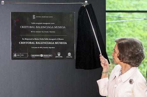 La Reina Doña Sofía descubre la placa de inauguración del Museo Balenciaga en Getaria. | Efe