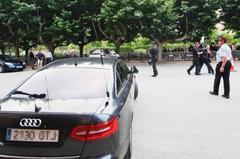 Los Mossos retienen a uno de los activistas a la salida de Puig. | Q. García