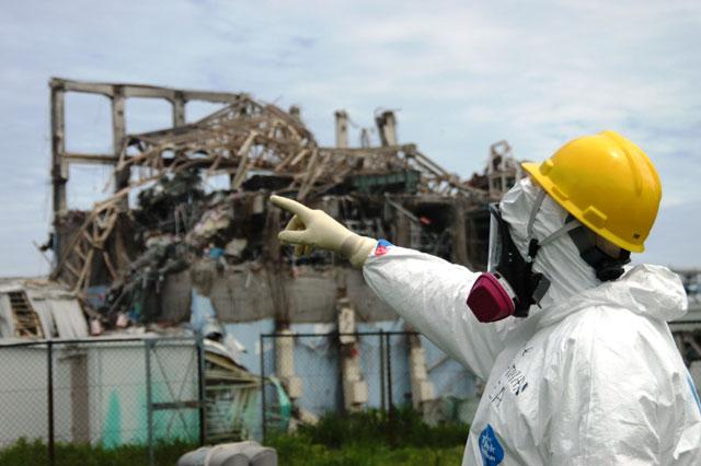 Un inspector de la IAEA revisa el reactor 3 de Fukushima.   AP
