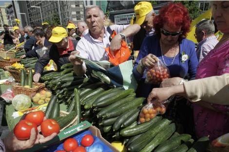 Cientos de personas se han acercado a los puestos de los agricultores en Madrid, donde repartían verdura y fruta.   Sergio Barrenechea