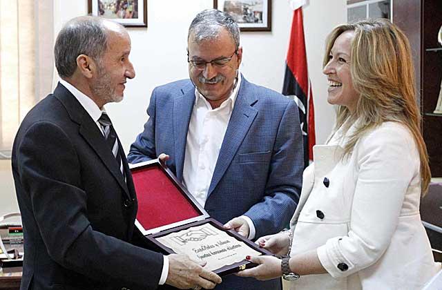 Jiménez, con el presidente del CNT y su intérprete.   Efe   Javier Lizón