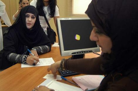 Imagen de Salwa al Mutairi (izquierda) tomada en 2008 en Kuwait. | Afp