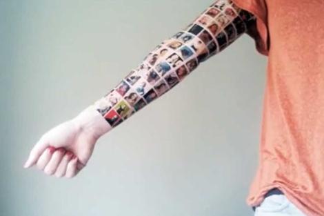 El brazo de la joven holandesa que se tatuó las fotos del perfil de sus amigos.   YouTube