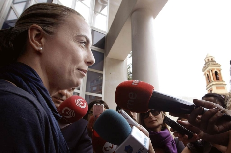Sonia Castedo, en la puerta de la sede valenciana del PP   Efe