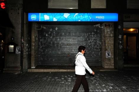 Imagen de la sede del PP atacada por los 'indignados'. | Santi Cogolludo