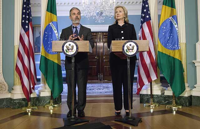 El ministro de Exteriores de Brasil, Antonio de Aguiar Patriota, con su homóloga Hillary Clinton.   AP
