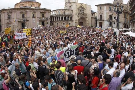 Imagen de la concentración en la plaza de la Virgen de Valencia | José Cuéllar