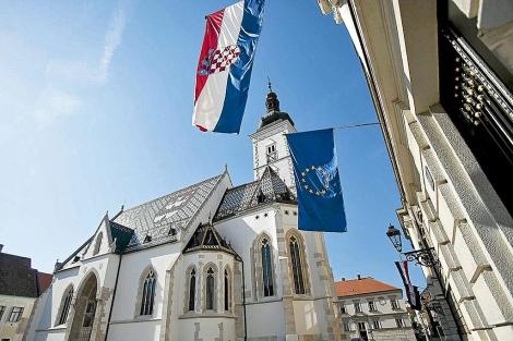 Las banderas croata y de la UE, en el Parlamento nacional.| ELMUNDO