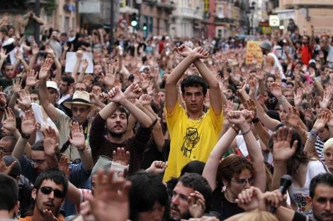 Imagen de la protesta de este jueves en Valencia tras los incidentes con la Policía. | Reuters
