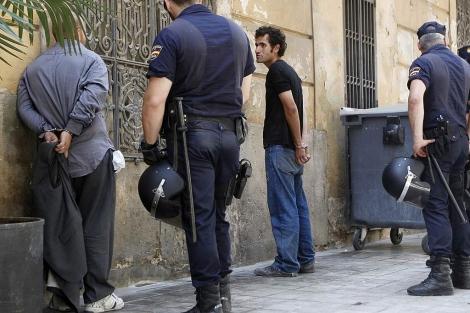 La Policía custodia a dos de los detenidos este jueves en Valencia. | B. Pajares