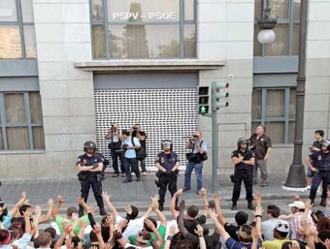 Los indignados este viernes frente a las puertas PSOE | Efe