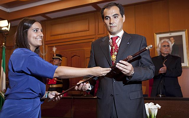 José Antonio Nieto recibe el bastón de mando de manos de Beatriz Jurado, la más joven.   Madero Cubero