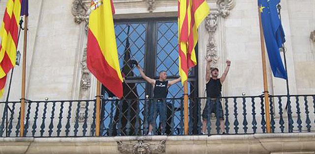 Los tres 'indignados' saludan desde el balcón del Ayuntamiento | EP