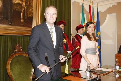 Alberto Fabra, con la vara de mando, este sábado. | Juan Martí