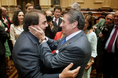 Afectuosa enhorabuena de Francisco Vázquez (d) a Carlos Negreira. | Efe