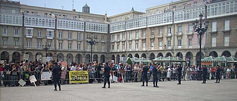 Cientos de 'indignados' se congregaron ante el ayuntamiento.