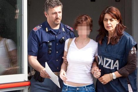 Dos policías escoltan a la 'viuda negra' española en Udine. | Efe