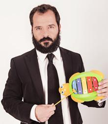 Con este aspecto promociona Martín su obra de teatro.
