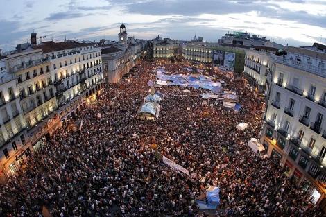 Miles de personas, concentradas en Sol un día antes de las elecciones del 22-M. | A. di Lolli