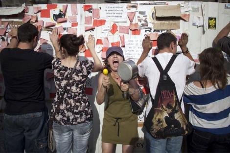 Una mujer clama contra la clase política, ayer, en Sol.   Reuters
