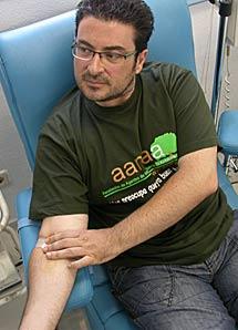 Uno de los agentes donando sangre.