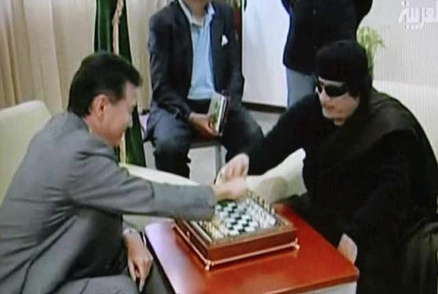 Gadafi disputa una partida con Kirsan Ilyumshinov, presidente de la Federación Internacional de Ajedrez (FINA). | Efe