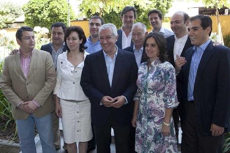 Arenas, rodeado del comité regional del PP andaluz, reunido en Córdoba. | Madero Cubero