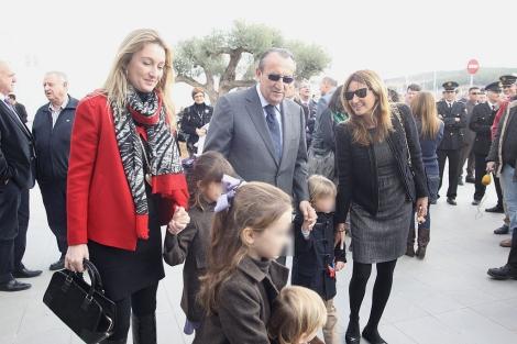 Fabra con sus hijas, Andrea y Claudia, y sus nietos en la inauguración del aeropuerto. | E. T.