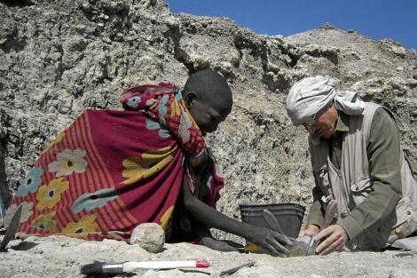 Un investigador español excava con un masai en Olduvail.| Rosa M. Tristán