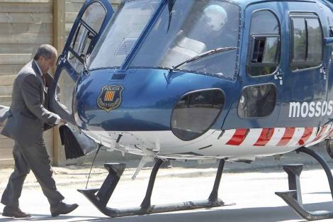 Felip Puig sube al helicóptero para abandonar el Parlament. | Efe
