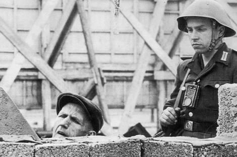 Un soldado supervisa la construcción del muro en Berlín Este.