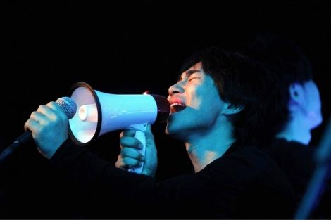 Uno de los componentes del grupo japonés Open Reel Ensemble , durante su actuación. | Efe.