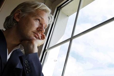 El fundador de WikiLeaks, Julian Assange, en la mansión inglesa donde reside.   AP