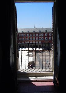 Vista desde una casa de la plaza en la esquina opuesta al Arco de Cuchilleros.   J. F. L.