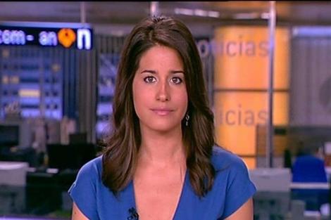 La periodista Isabel Jiménez en el plató de informativos de Antena 3.