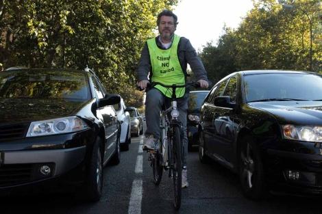López de Uralde, en bicicleta en Madrid.   Antonio Heredia
