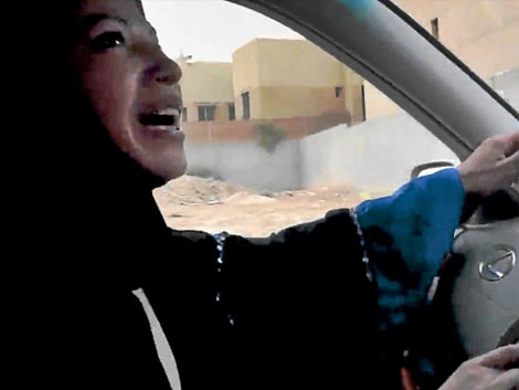 Una mujer saudí conduciendo como parte de la campaña. | Ap