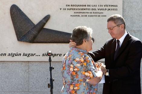 El alcalde de Madrid, Alberto Ruiz-Gallardón, saluda a la presidenta de la Asociación de Afectados del Vuelo de Spanair JK5022, Pilar Vera.   Efe